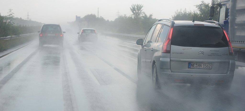 빗길에 차가 미끄러질 때 잘못된 대처법 vs. 올바른 대처법