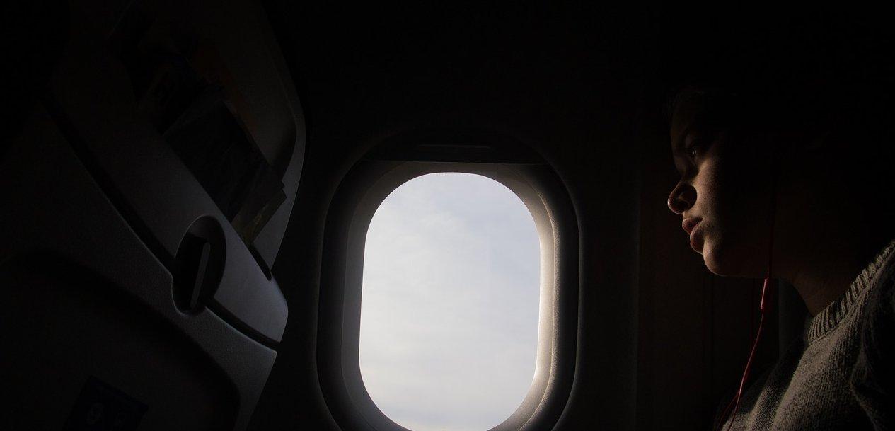 비행기 이·착륙할 때 창문 가리개를 올리라고 하는 이유